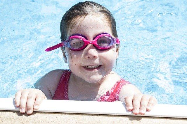 holčička v bazénu
