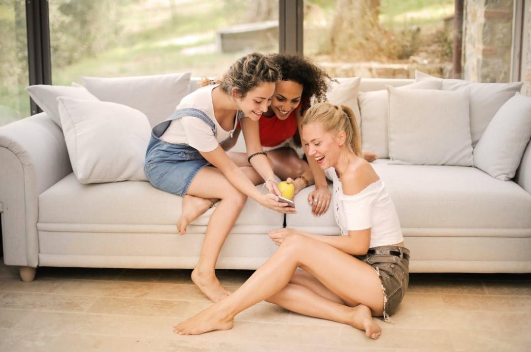 tři dívky v domě